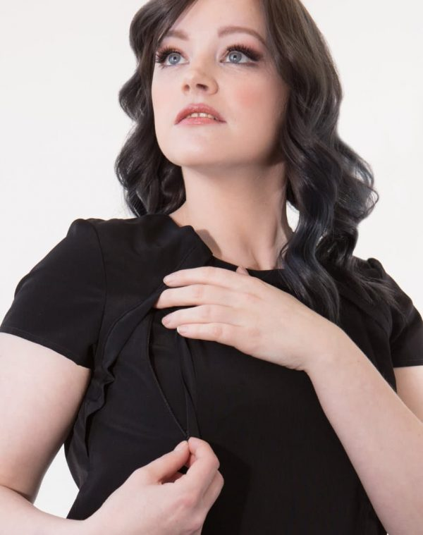 In our Louise top, invisible zips provide breast access and the movable inner lining provides control over exposure while breastfeeding or pumping. The zips are hidden away behind thoughtful design details meaning you would never know this is a top perfect for breastfeeding or pumping.