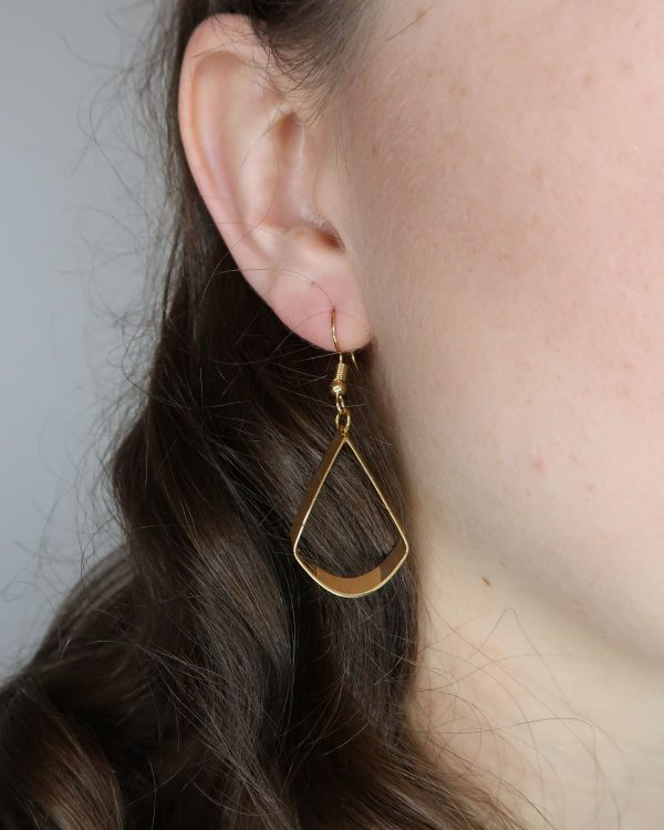Delicate and lightweight teardrop dangle earring with rose gold hook. The perfect finishing touch to any outfit. Rose gold hook (nickel and lead free) with brass charm.